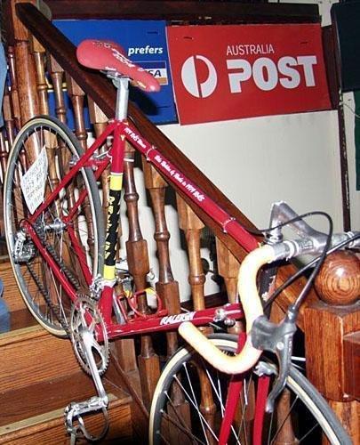 В Ирландии есть такая пословица – «лучше иметь горсточку таланта, чем полную сумку золота». Судьба Стивена Роча (Stephen Roche), настоящего ирландца, родившегося в Дандруме неподалёку от Дублина 28 ноября 1959 года, является полным подтверждением этой народной мудрости. Именно талант, а не мешок золота позволили этому упорному ирландцу стать обладателем Тройной короны велоспорта. Что это за корона? Она бесценна и не материальна – так назвали величайшее достижение в мире велоспорта. Тройная корона означает, что гонщик в один год выигрывает два Гранд-тура и Чемпионат Мира. За всю историю велоспорта её удостоились лишь два человека – Эдди Меркс (Eddy Merckx) (в 1974 году) и Стивен Роч (в 1987), и вряд ли она достанется кому-либо ещё.