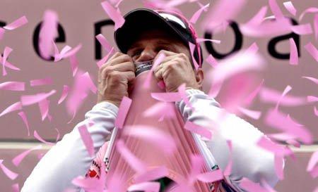 Алессандро Петакки в розовой майке лидера на Джиро 2009