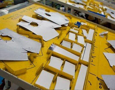стол, где сортируются заготовки