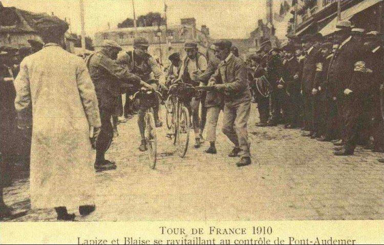 Тур де Франс-1910 Лапиз и Блэйз на питательном контрольном пункте в Понт-Одермер