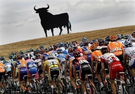Вуэльта Испании-2010: жара, силуэт быка…
