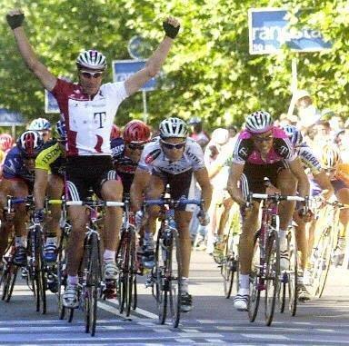 Эрик Цабель опережает Робби Макьюэна на финише 3-го этапа Вуэльты-2001