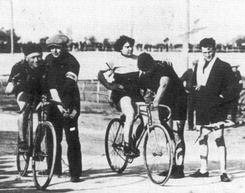 Альфонсина Страда на старте гонки в 1923 г., слева - Джованни Джерби