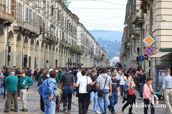 Толпа на улицах Турина в день презентации команд