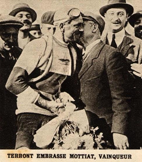 Шарль Террон поздравляет Луи Моттиа. Photo (c) BC Randonneurs Cycling Club