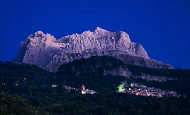 Пьетракамела на фоне гор. Photo (c) Alessandro Petrini