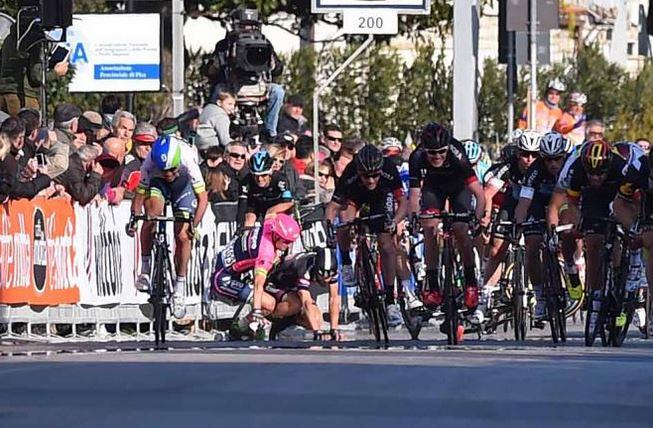 Слетевшая цепь Марка Кэвендиша привела к завалу на финише 2 этапа Тиррено-Адриатико