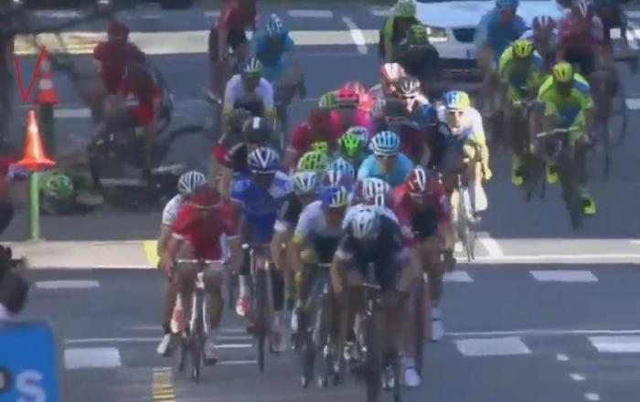 Дорожные столбики и ошибка организаторов привели к завалу на финише 1-го этапа Тура Страны Басков-2015