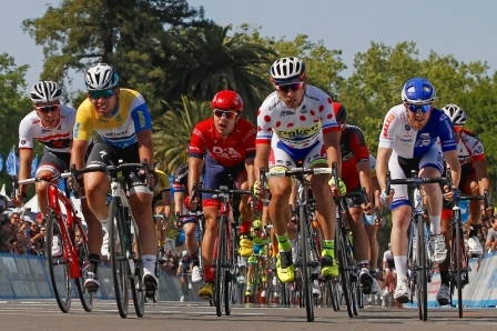 На фото: Петер Саган (в гороховой майке) на финише второго этапа.