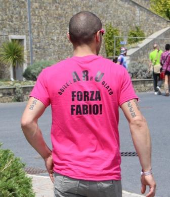 Болельщики поддерживают велосипедистов через надписи на футболках