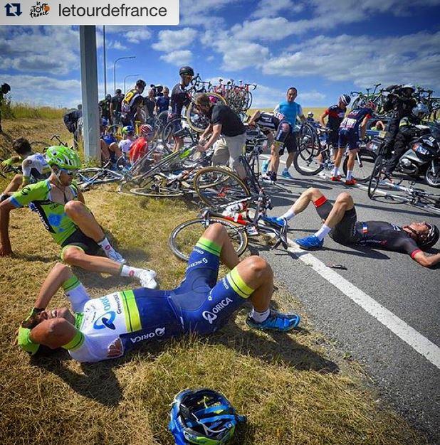 Директор Тур де Франс-2015 Кристиан Прюдомм остановил гонку после падения 40 гонщиков