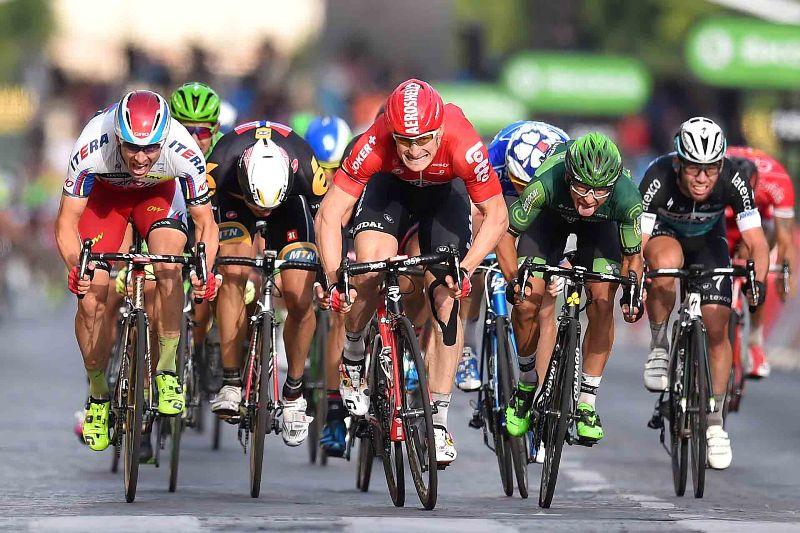 """На фото (@Tim De Waele): спринт на финальном этапе """"Тур де Франс""""."""