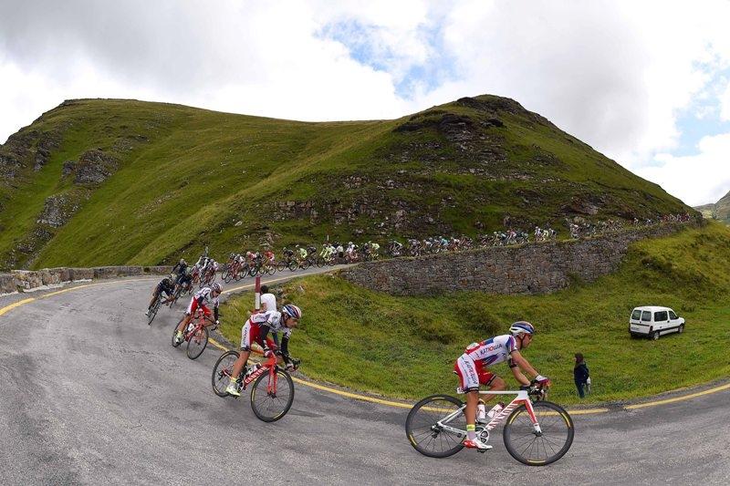 "На фото (@Tim De Waele): Хоаким Родригес и команда ""Катюша"" на дистанции этапа."