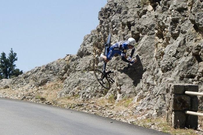 Падение Эдварда Тёнса и Жулиана Алафилиппа из-за ветра на 13-м этапе Тур де Франс-2016