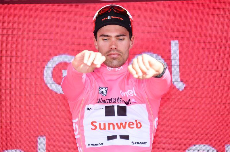 Том Дюмулин удержал майку лидерао 16-м этапе Giro d'Italia-2017 несмотря на проблемы со здоровьем