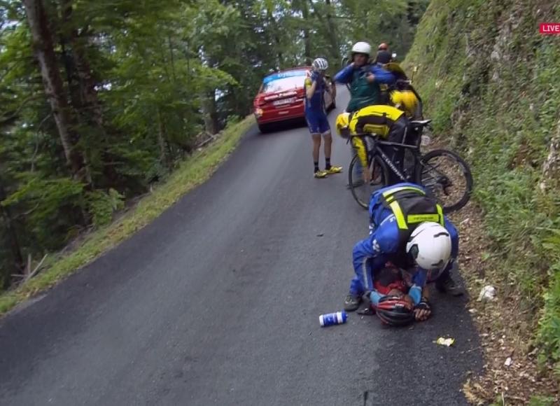 Перелом ключицы и тазовой кости у Ричи Порта после падения на 9-м этапе Тур де Франс-2017