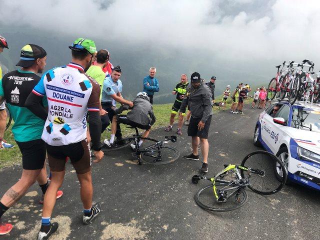 Полицейский сбил Криса Фрума с велосипеда после финиша 17 этапа Тур де Франс-2018