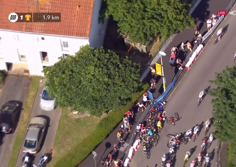 Падения и сходы на 2-м этапе Тур де Франс-2018