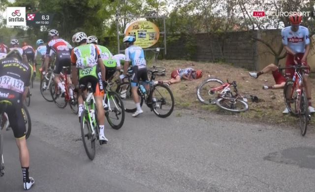 За 6,5 км до финиша произошёл большой завал, после которого пелотон разбился на группы