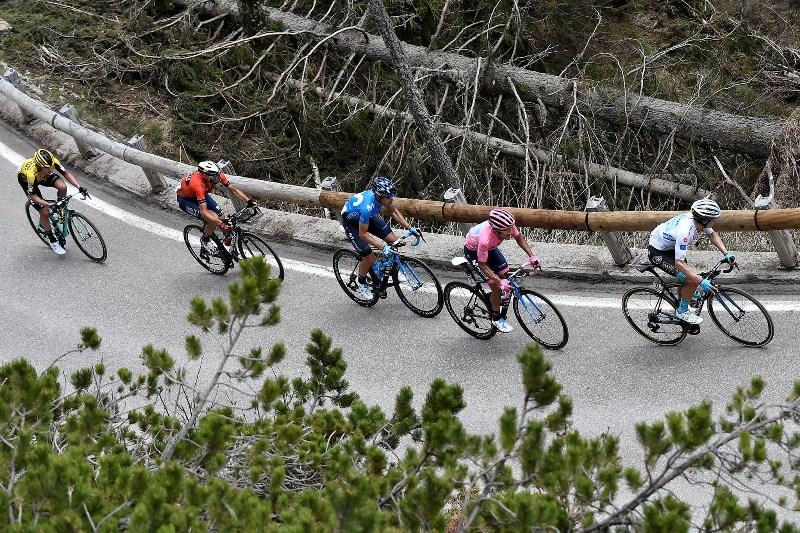 В пелотоне во время прохождения подъёма на Манген за 121 км до финиша в группе розовой майки осталось менее 15 гонщиков