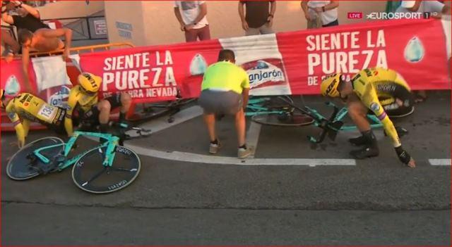 Падение гонщиков команды Jumbo-Visma на 1-м этапе Вуэльты Испании-2019