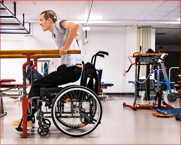 Эдо Маас начал ходить с помощью бионического экзоскелета