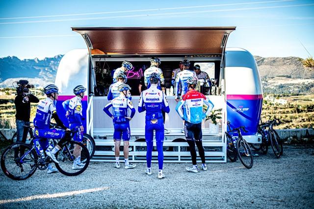 Компания Quick-Step подарила велогонщикам команды мобильный кофе-бар