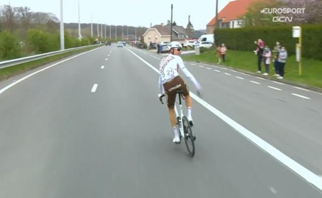 Михаэль Шэр дисквалифицирован на Туре Фландрии-2021 за выброшенный бачок