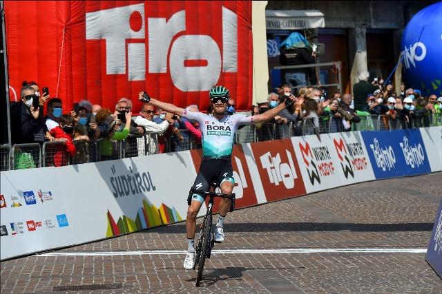 Саймон Йейтс – победитель Тура Альп-2021