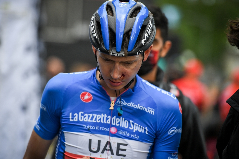 Подозрение на сотрясение мозга у Джо Домбровски после падения на 5-м этапе Джиро д'Италия-2021