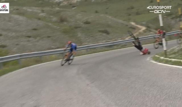 Матей Мохорич упал на спуске на 9-м этапе Джиро д'Италия-2021
