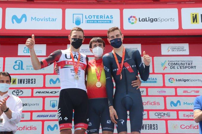 Йон Исагирре – чемпион Испании в индивидуальной гонке Еще один гонщик команды Astana – Premier Tech стал чемпионом свой страны в индивидуальной гонке. Сегодня Йон Исагирре выиграл золотую медаль в «разделке» на чемпионате Испании, опередив ближайшего соперника всего на восемь сотых секунды. Photo credit: RFEC Исагирре, уже побеждавший в этой дисциплине на чемпионате Испании в 2016 году, хорошо прошел первую половину дистанции, показав второе лучшее время на промежуточной отсечке, на четыре секунды хуже, чем у текущего лидера Давида Де Ла Круса. Однако, на второй половине гонщику Astana – Premier Tech удалось добавить, и на финише двух гонщиков разделили восемь сотых, но уже в пользу Исагирре. «Я очень, очень рад вновь стать чемпионом Испании в «разделке». Гонка прошла для меня очень хорошо, и на протяжении всей дистанции я отлично себя чувствовал, хоть гонка и получилась трудной. Действительно, трасса была непростой с большим количеством подъемов и спусков, так что было сложно держать ровный темп. Но, думаю, что мне удалось распределить силы. Я знал, что вопрос о победе будут решать лишь секунды, так и получилось. Наш тренер Иван Веласко ехал за мной в машине и информировал меня о временных отсечках Де Ла Круса, и для того, чтобы опередить его мне пришлось выложиться максимально. Ну, и честно говоря, сейчас я просто счастлив», - сказал Йон Исагирре. Победа Исагирре в «разделке» на чемпионате Испании продолжает успешное выступление гонщика в этой дисциплине после его второго места в «разделке» на этапе «Критериум дю Дофине», где он уступил лишь товарищу по команде Алексею Луценко. Чемпионат Испании, индивидуальная гонка. 32.1.км. Бусот. Топ-3: 1. Йон Исагирре; 2. Давид Де Ла Крус (UAE Team Emirates); 3. Карлос Родригес(INEOS Grenadiers). Пресс-служба команды Astana – Premier Tech