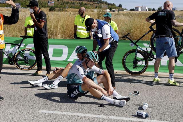 Падение гонщиков велокоманды Bora-hansgrohe на 2-м этапе Вуэльты Испании-2021